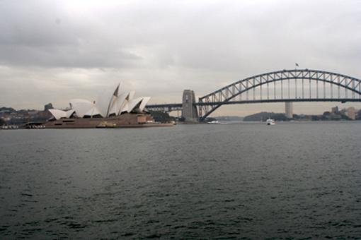 碰巧遇到陰天,但陰天有陰天的韻律。當悉尼歌劇院與悉尼大橋這兩座標誌性建築同時出現在視野中時,你又忍不住舉起相機。
