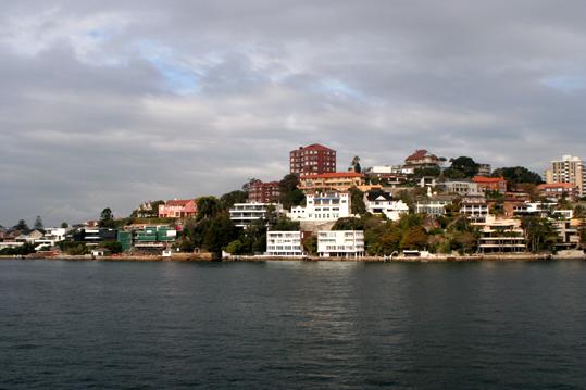 從悉尼大橋下的達令港灣駛向大海時,導遊會告訴你,岸邊的這些豪宅多少錢一棟,都是些甚麼人住在那裏。是聽來令人咋舌的價格。不過,住在豪宅裡,每天看點點白帆從窗前駛過,不會覺得冤吧!