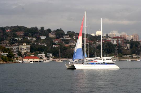 看,這就是一艘典型而普通的遊船。 澳洲 人對海情有獨鍾,走在住宅小區,你會看到許多人家門口除了泊著車外,還泊著遊艇。遊艇下有輪子。到了週末,將遊艇掛在汽車後面開到海邊,推下去,就出海囉!