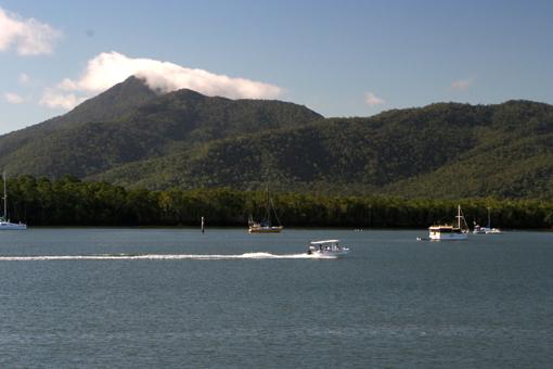 這就是澳洲著名旅遊勝地大堡礁的綠島了。綠島之名,當之無愧。看她的蔥鬱