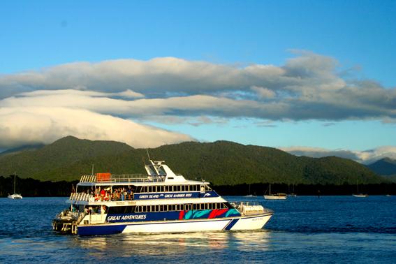 """據說,這叫「大貓號遊艇」。忘了問為甚麼叫「大貓號」了。  (重要更新:此文发表后,得到一名澳洲读者的指点,说:"""" the word 'Cat' is abbreviation for 'catamaran', a special structured boat with twin hulls that cannot be easily overturned."""" 原来呀,""""大猫(cat)""""其实是""""双体船(catamaran)""""的缩写,而双体船是一种特殊构造,不容易翻。  哈,以前我家有位老人时常说一句话,叫""""活到老,学到老;学到老,学不巧"""",此话诚不我欺也!  在此特别感谢澳洲读者的指点!)"""