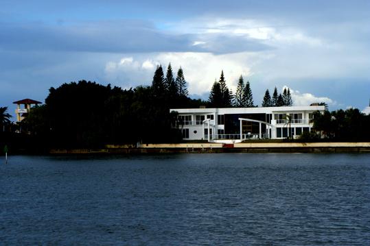 這種建在水邊的房子,一般就貴很多了。同樣的房子,建在哪裏,屬於哪個地段、城區,互相之間價格就差得太遠了。