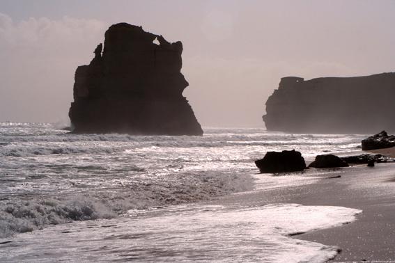 這個,是墨爾本著名旅遊區「大洋路」的「十二門徒」景區了。從市區出發,有260多公里的綿延山路,到達時已是午後了。陽光很強,逆光拍過去,卻成就了這種剪影效果。