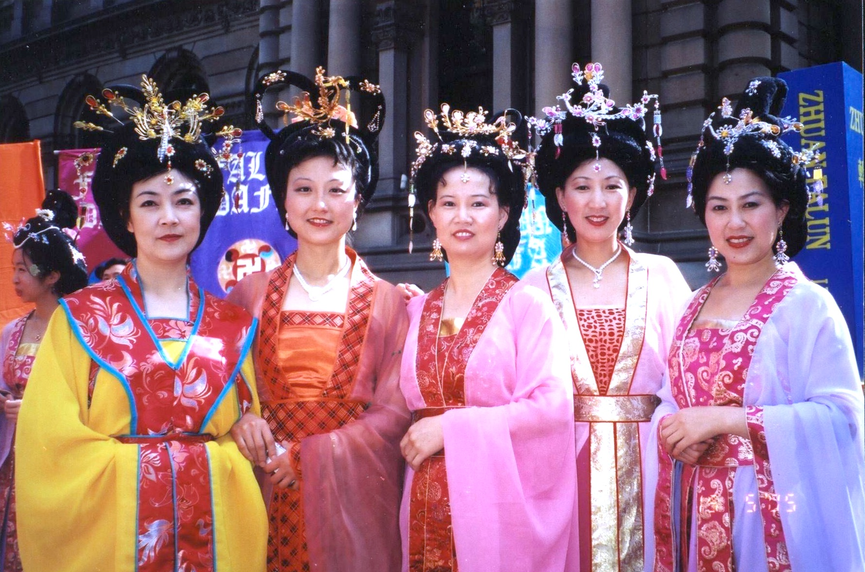 Jennifer and fellow Falun Gong practitioners at a parade in Sydney in 2005. 曾錚及幾位悉尼法輪功學員參加市區大遊行。攝於2005年。