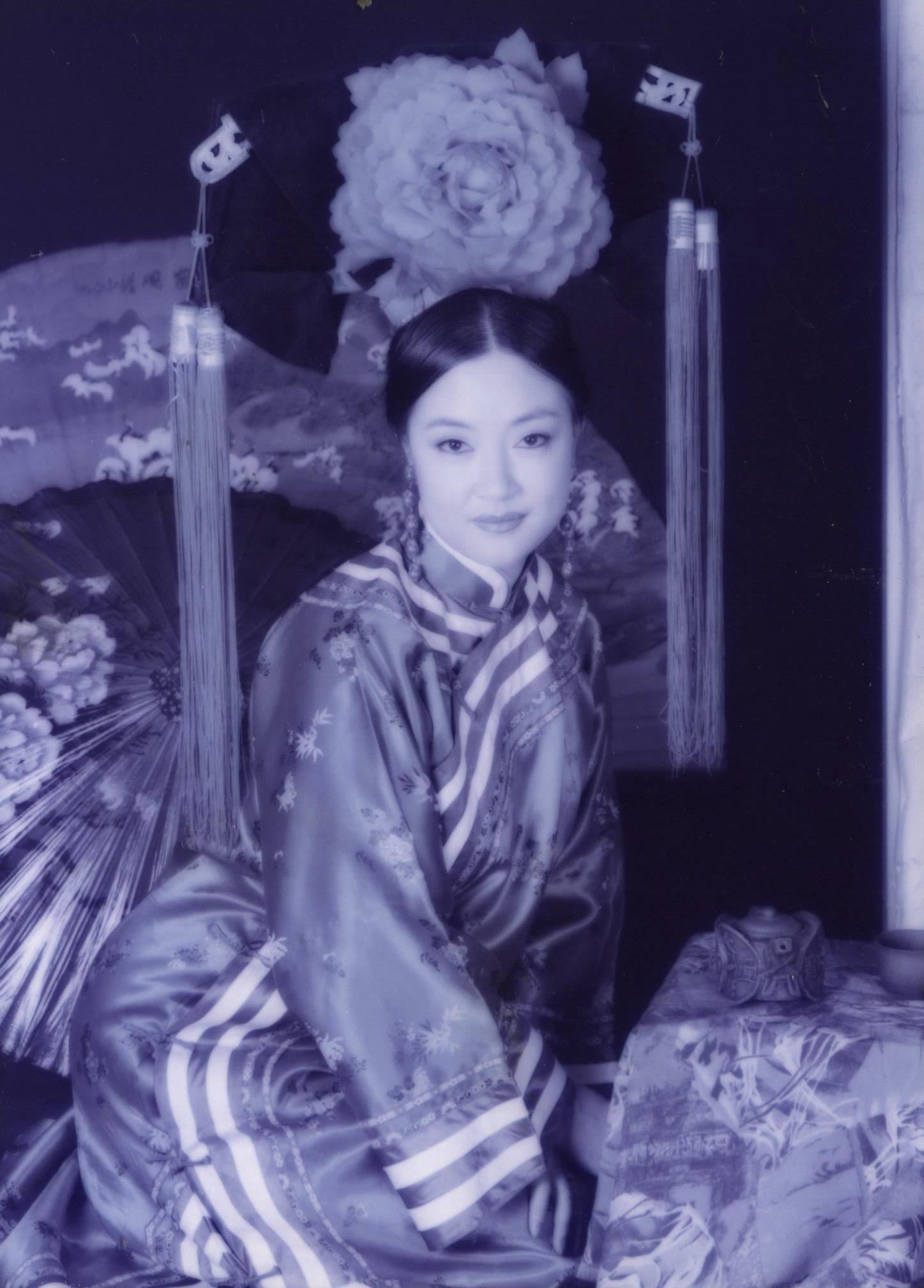 A studio photo of Jennifer in 1995. 曾錚攝於1995年。