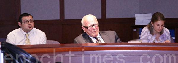 圖:康州州參議員、保險和房地產委員會主席Joseph Crisco(中)在2013年5月13日《 自由中國 》座談會上。(大紀元圖片)