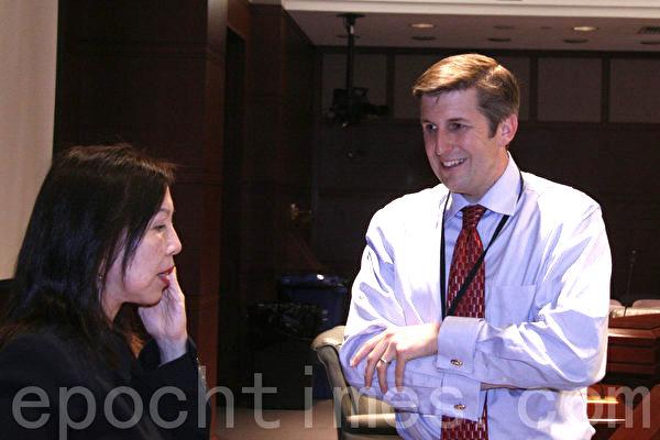 圖:康州議員馬榮尼(James Maroney,右)安排2013年5月13日《自由中国》在康州議會放映。(大纪元圖片)