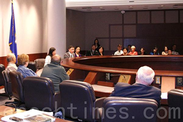 2013年5月13日《自由中國——有勇氣相信》於下午3點在康州議會聽證廳放映,一些州參、眾議員、議員代表、州議會工作人員與非政府組織主席與代表出席觀看。放映後,影片中的主人翁之一曾錚、曾經在美國國會聽證會上作證的腎臟醫學專家徐建超醫生、曾因修煉法輪功被中共迫害的耶魯大學訪問學者譚曉榮與觀眾座談。(大紀元圖片)