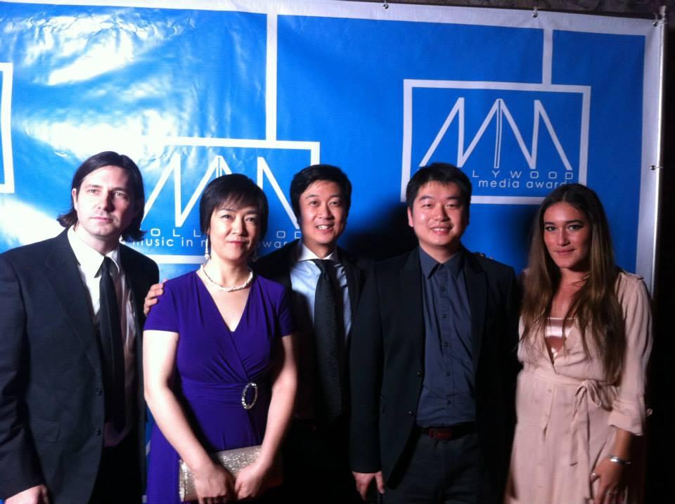 《自由中國》團隊2013年11月21日在好萊塢方達劇院好萊塢影視傳媒音樂獎頒獎晚會上。右起:影片主題歌主唱歐娜卡‧喬徹﹙Q'orianka Kilcher﹚、主題歌作曲陳東、製片人黃升建、女主角曾錚。