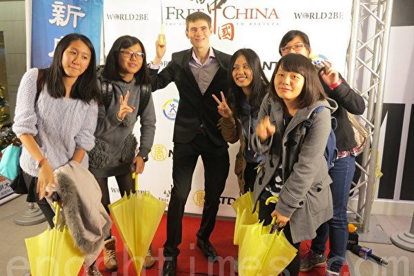 《自由中國:有勇氣相信》台中場,熱情粉絲與「老外看中國」的主持人郝毅博合影。(賴瑞/大紀元)