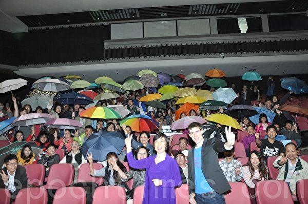 人權紀錄片《自由中國:有 勇氣 相信》,12月7日晚間在 中山大學 演藝廳首映,故事主角曾錚(前左)與《老外看中國》主持人郝毅博(前右),聯袂出席映後 座談 ,觀眾以黃色雨傘當道具,用行動聲援香港佔中運動。(李晴玳/大紀元)