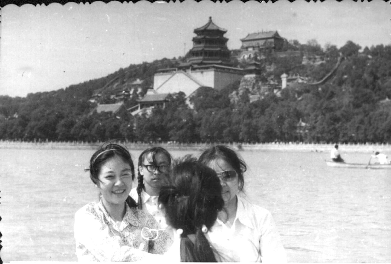 Jennifer and her roommate at Summer Palace in Beijing in September in 1984. 入大學後,第一次與同學們去頤和園玩。攝於1984年9月。
