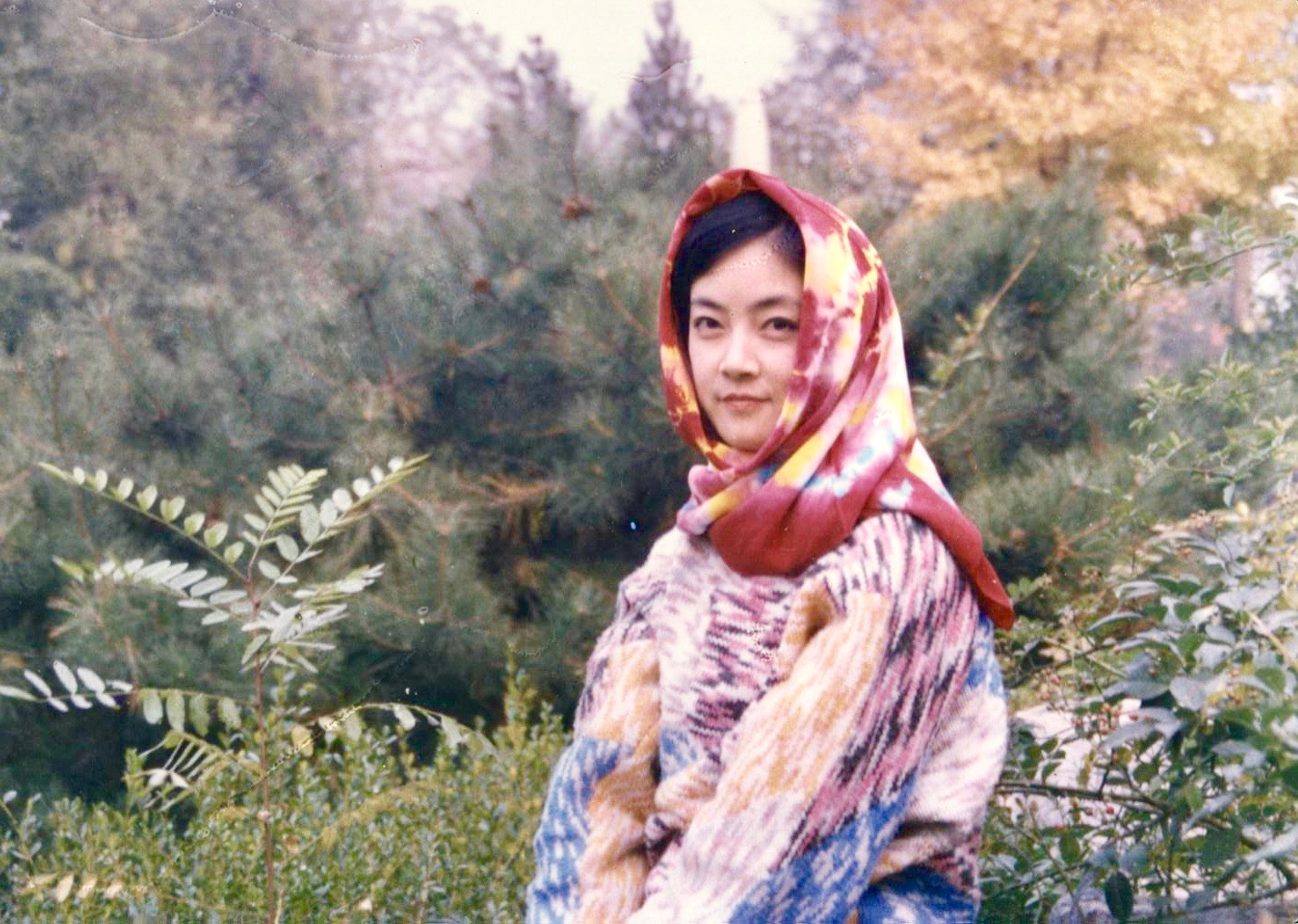 Jennifer Zeng  at  Fragrant Hills  in Beijing in 1989. 曾錚1989年秋攝於北京香山公園。