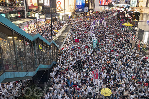 Hundreds of thousands of people take to the streets in protest against the proposed extradition bill in Hong Kong on June 9, 2019. (Yu Gang/The Epoch Times)