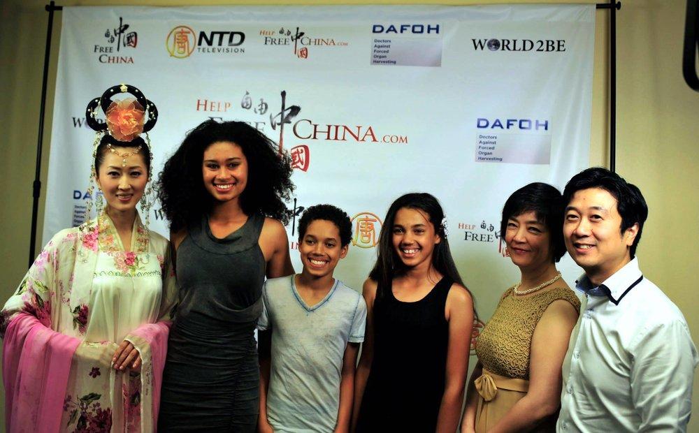 觀衆與《自由中國》女主角曾錚(右二)及製片人黃升建(右一)放映會後合影。(圖片來源:《自由中國》臉書)