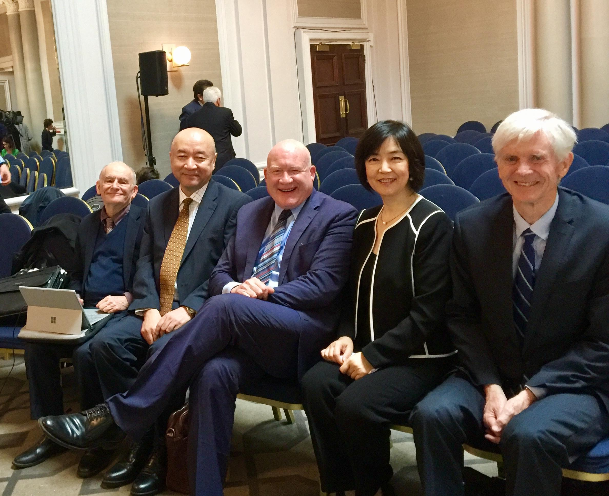 曾錚在開庭前與法庭證人(左起)大衛・麥塔斯(活摘器官調查報告作者)、新疆的維吾爾族外科 醫生 安華托蒂Enver Tohti(前新疆的維吾爾族外科醫生)、《大屠殺》作者葛特曼、大衛・喬高(活摘器官調查報告作者)合影。2019年6月17日。