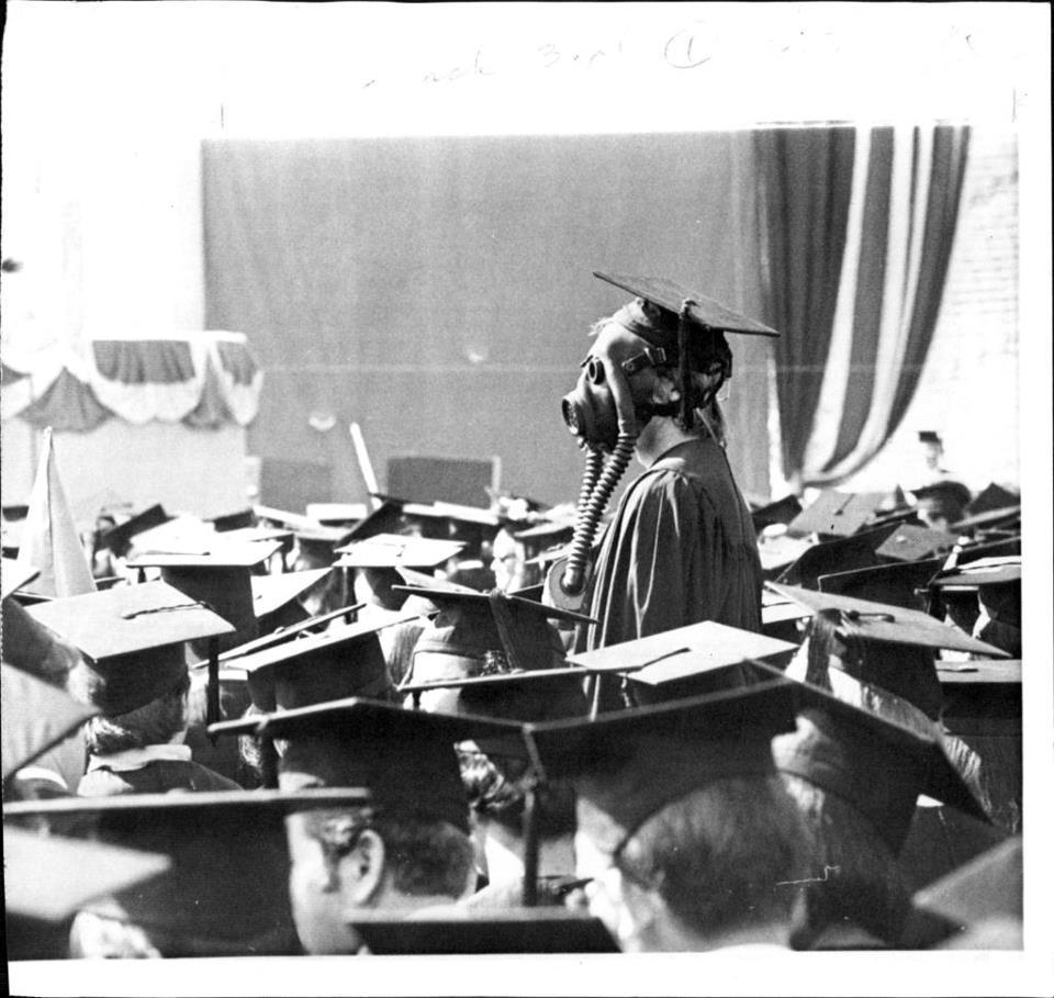 Una estudiante con una máscara de gas durante una graduación en Berkeley, 1969