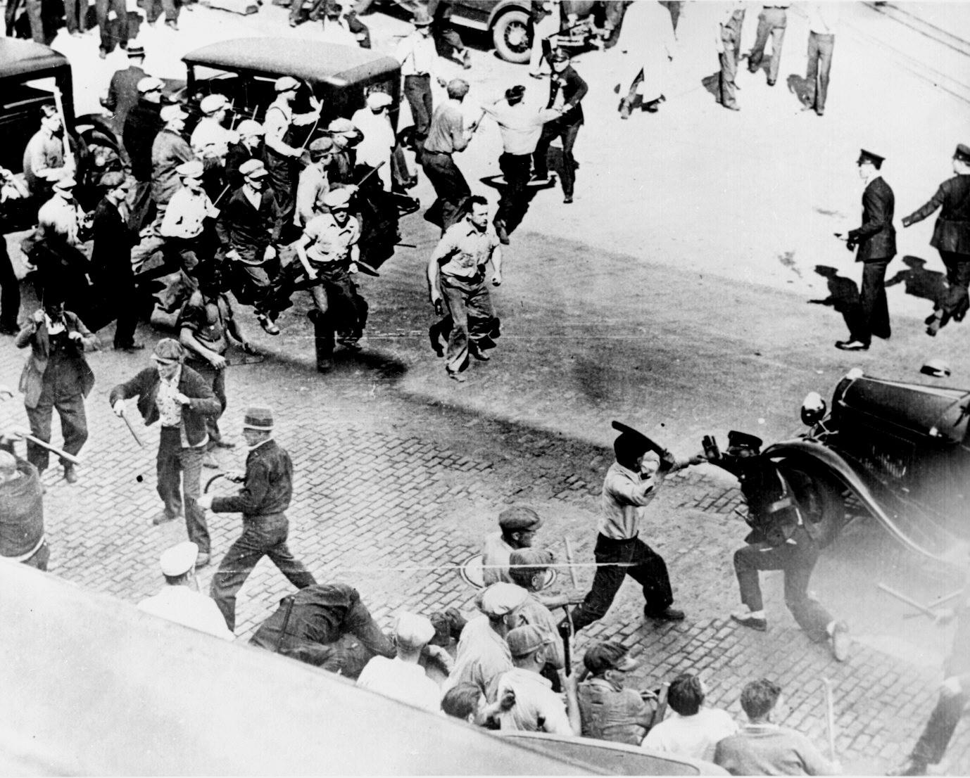 Teamsters  se enfrentan con la policía en las calles de Minneapolis, autor desconocido, 1934