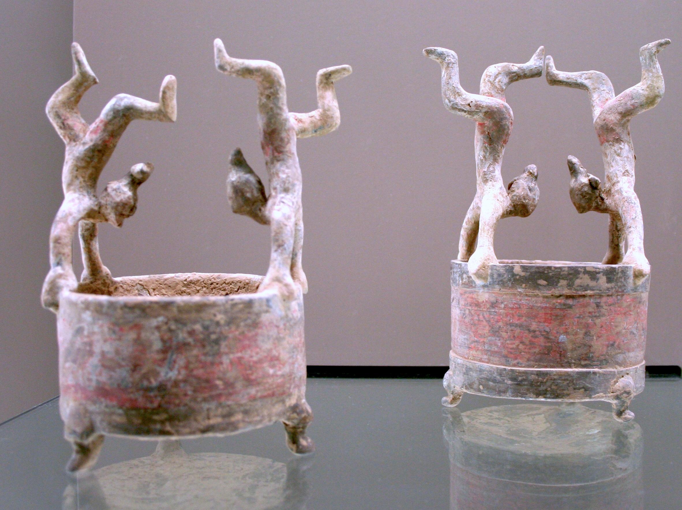 Dos vasijas  Lian  decoradas con acróbatas, de la dinastía Han occidental (206 a. C. - 9 d. C.)