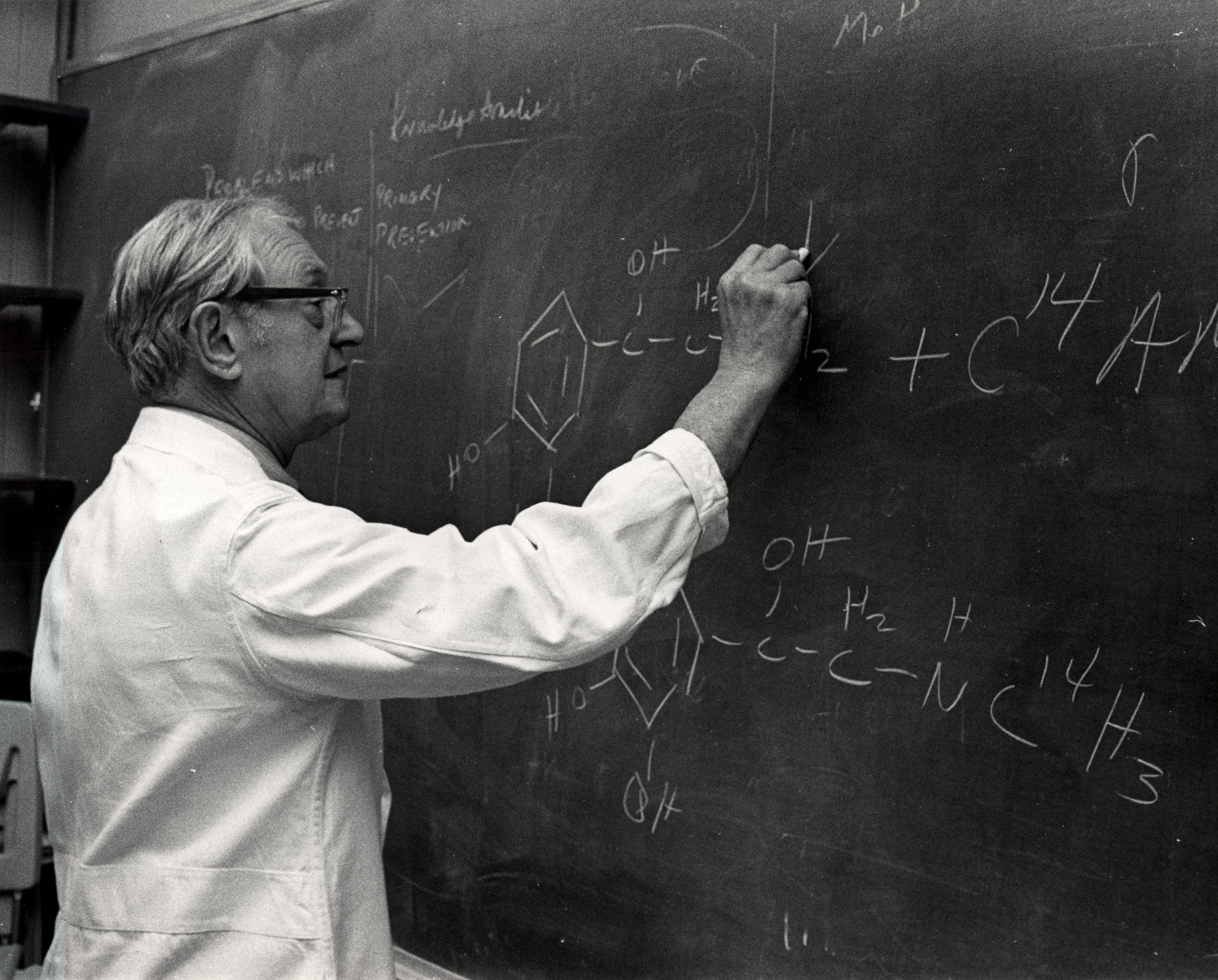 El Dr. Julius Axelrod, uno de los descubridores del Paracetamol. Fotografía de  National Institutes of Health,  marzo de 1973