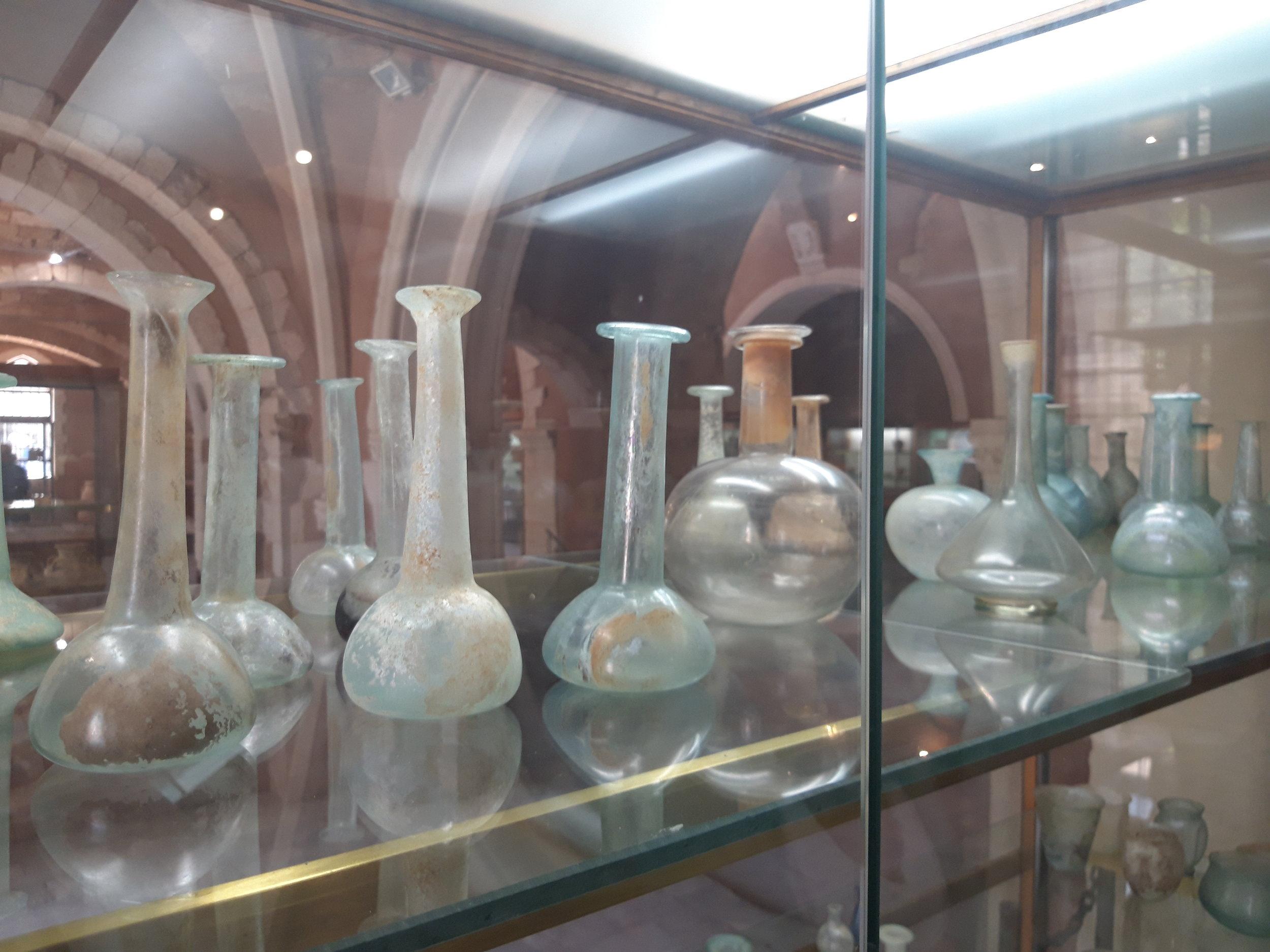 Botellas en un museo en Creta,  por Brazsil, 2019