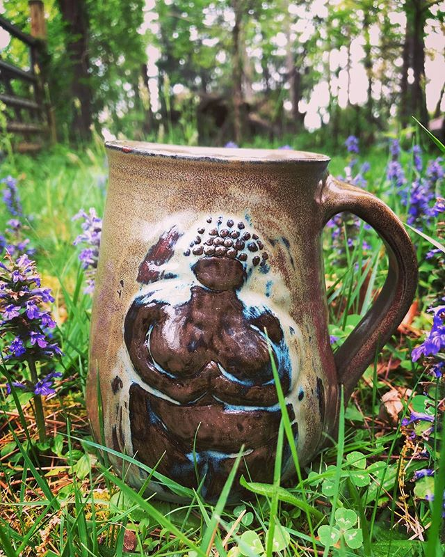 🏺🏺🌷Goddess mug🌷🏺🏺⁣ This is my finished mug, a bit ago in my feed I showed you the rough draft.⁣ take a look! ⁣ And now for a Jean Ritchie song 😂 I'm gearing up for SERFA folk music conference so it's on my mind...⁣ ⁣ Early Fields⁣ Jean Ritchie⁣ ⁣ As I walked over the early fields, I heard a song a bornin'⁣ It fell around me like the rain⁣ That washes off the morning⁣ ⁣ Oh I love the pipes and I love the drum⁣ I love the wild harp ringing ⁣ But there's naught in earth can ever match the sound of one clear voice, singing.⁣ ⁣ So far away, the words were dim,⁣ And yet I knew their sadness;⁣ I knew their peace, I knew their pain,⁣ I knew their joy and gladness.⁣ ⁣ Oh I love the pipes and I love the drum⁣ I love the wild harp ringing ⁣ But there's naught in earth can ever match the sound of one clear voice, singing.⁣ ⁣ And still I walk my fields in vain⁣ As evening shadows linger;⁣ But a better journey have I had⁣ In searching for the singer.⁣ ⁣ Oh I love the pipes and I love the drum⁣ I love the wild harp ringing ⁣ But there's naught in earth can ever match the sound of one clear voice, singing.