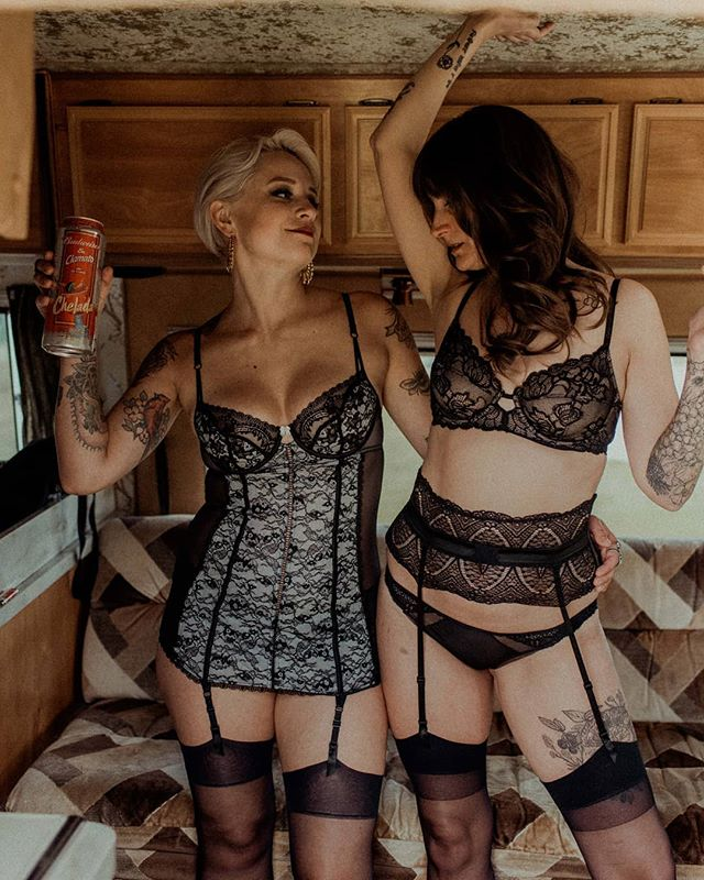 Booking a boudoir shoot at the same time as your best bud is 1000% recommended. Would you just LOOK at these two 😍🌹