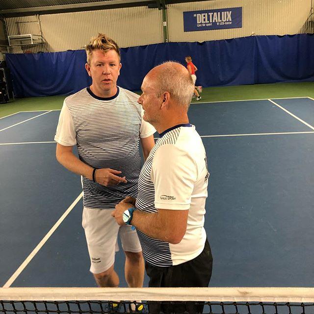 Niklas och Ola diskuterar träningsupplägget på vuxen lägret i Båstad👍👏