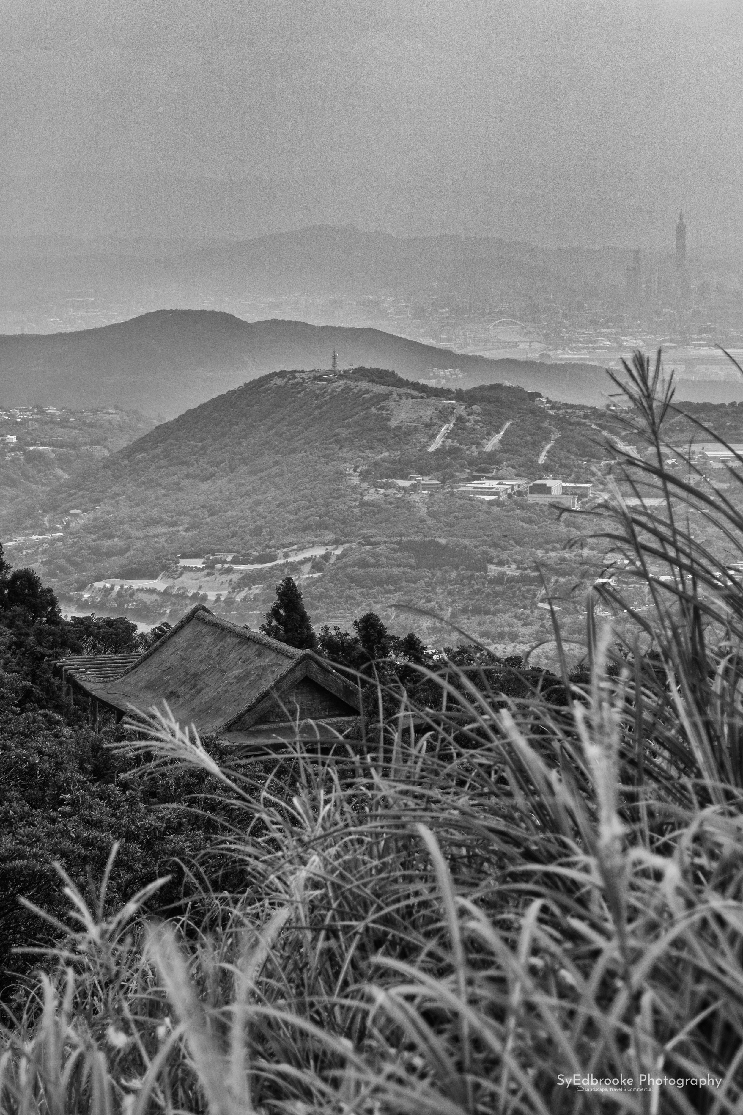 The view of Taipei 101 is a nice contrast compared to the traditional shack in the foreground on the stairs down.  f5.8, ISO 100, 1/100, 80mm