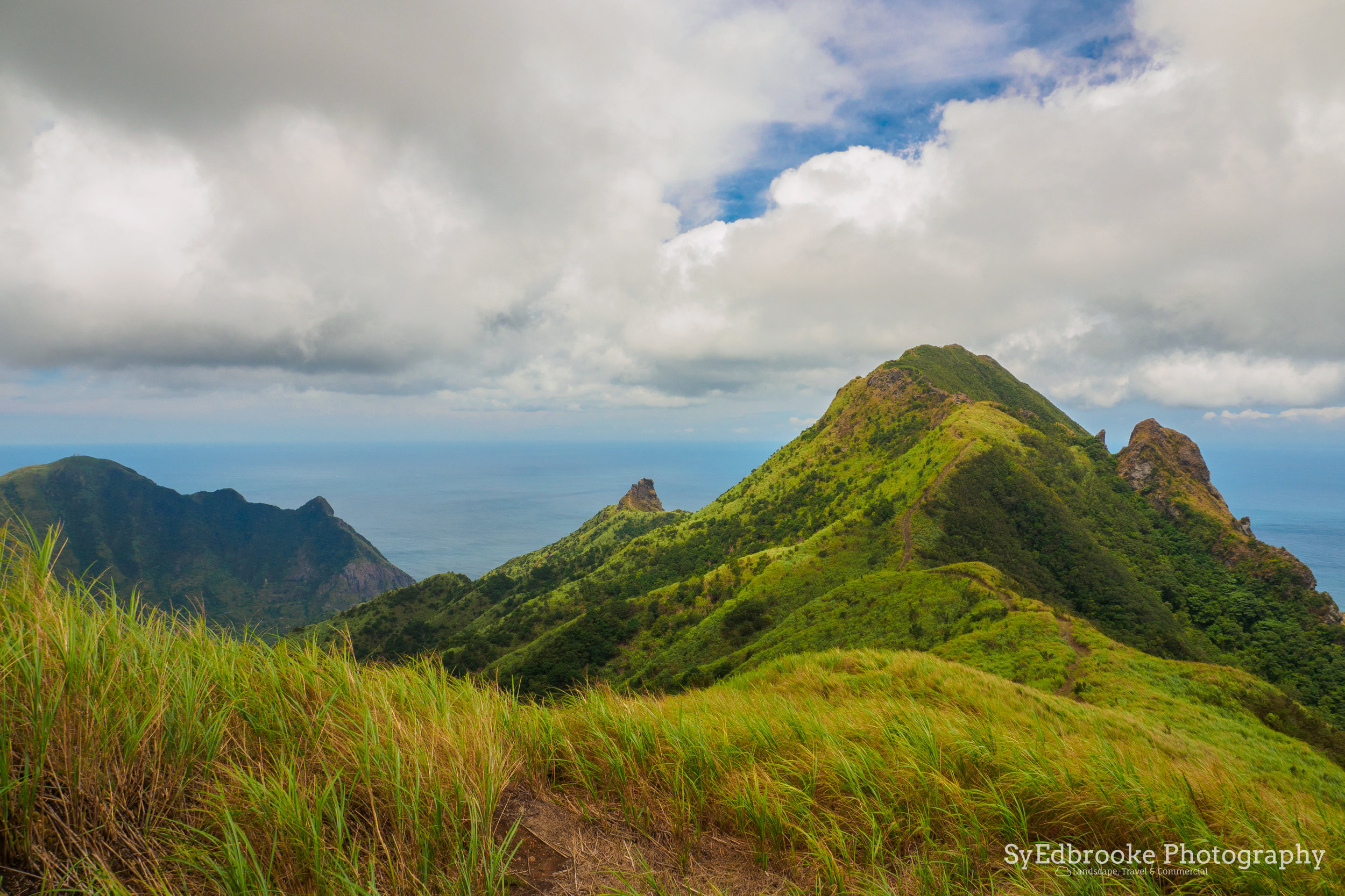 The trail towards Mt. Canguangliao on the ridge. f11, ISO 200, 1/100, 24mm