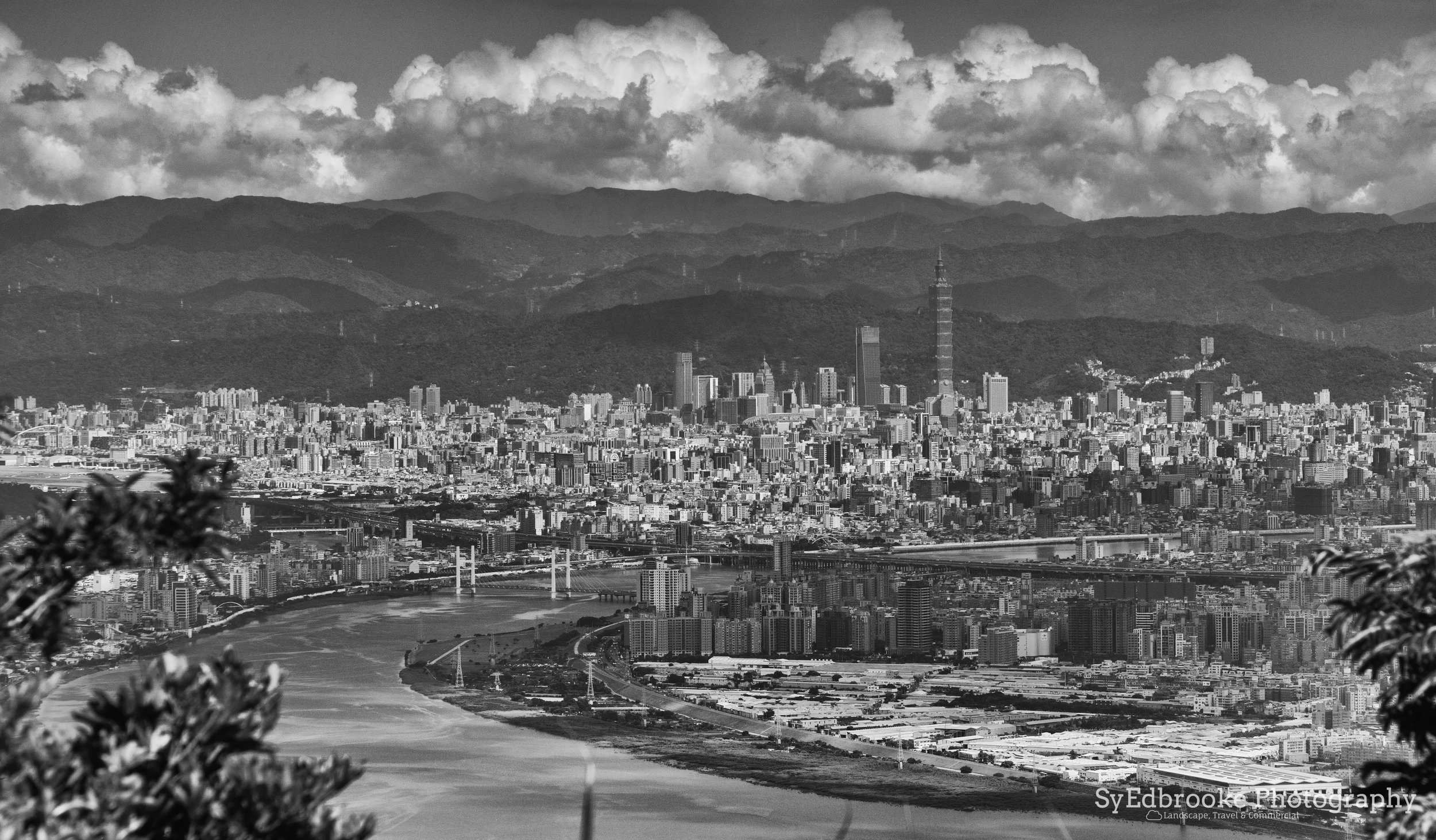 A view of downtown Taipei and 101. f6.3, ISO 200, 1/500, 150mm