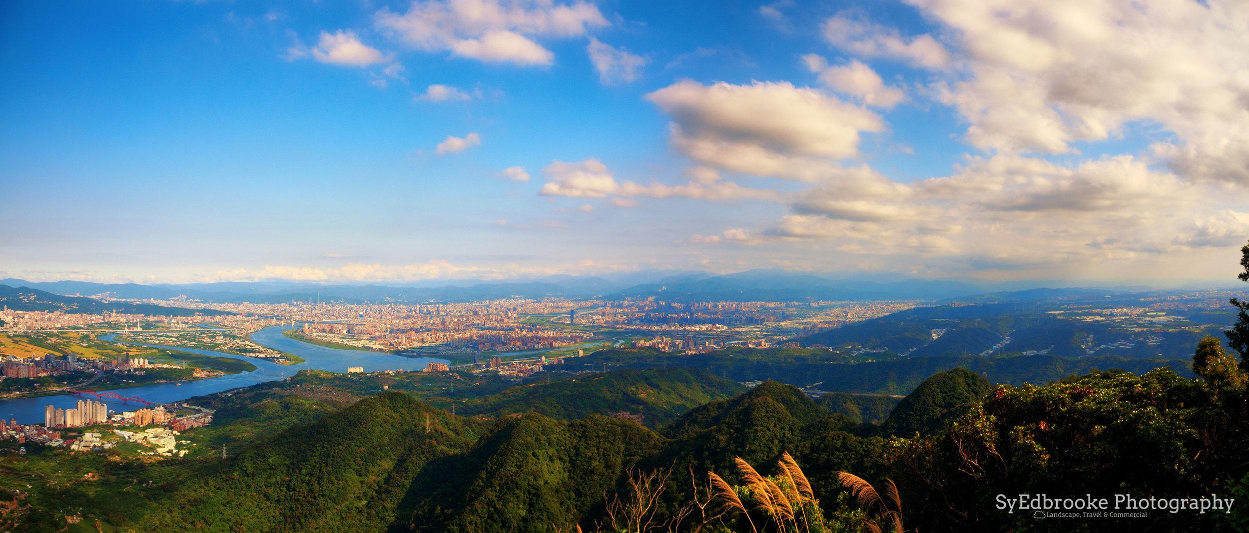 A panoramic shot of Taipei City & New Taipei. f5.6, ISO 200 , 1/500,24mm