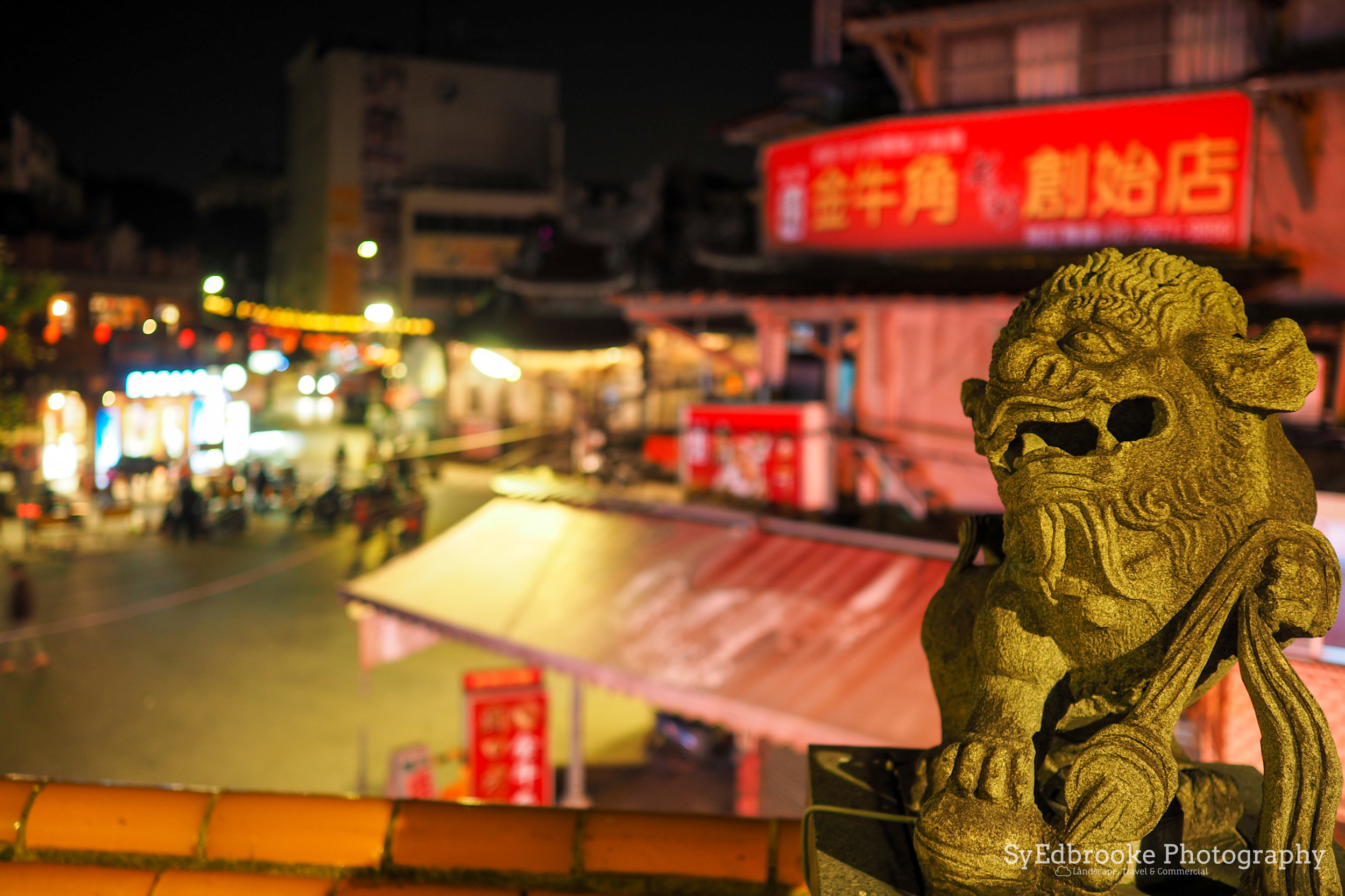 Standing guard over the temple & night market. f1.8, ISO 200, 1/6, 17mm