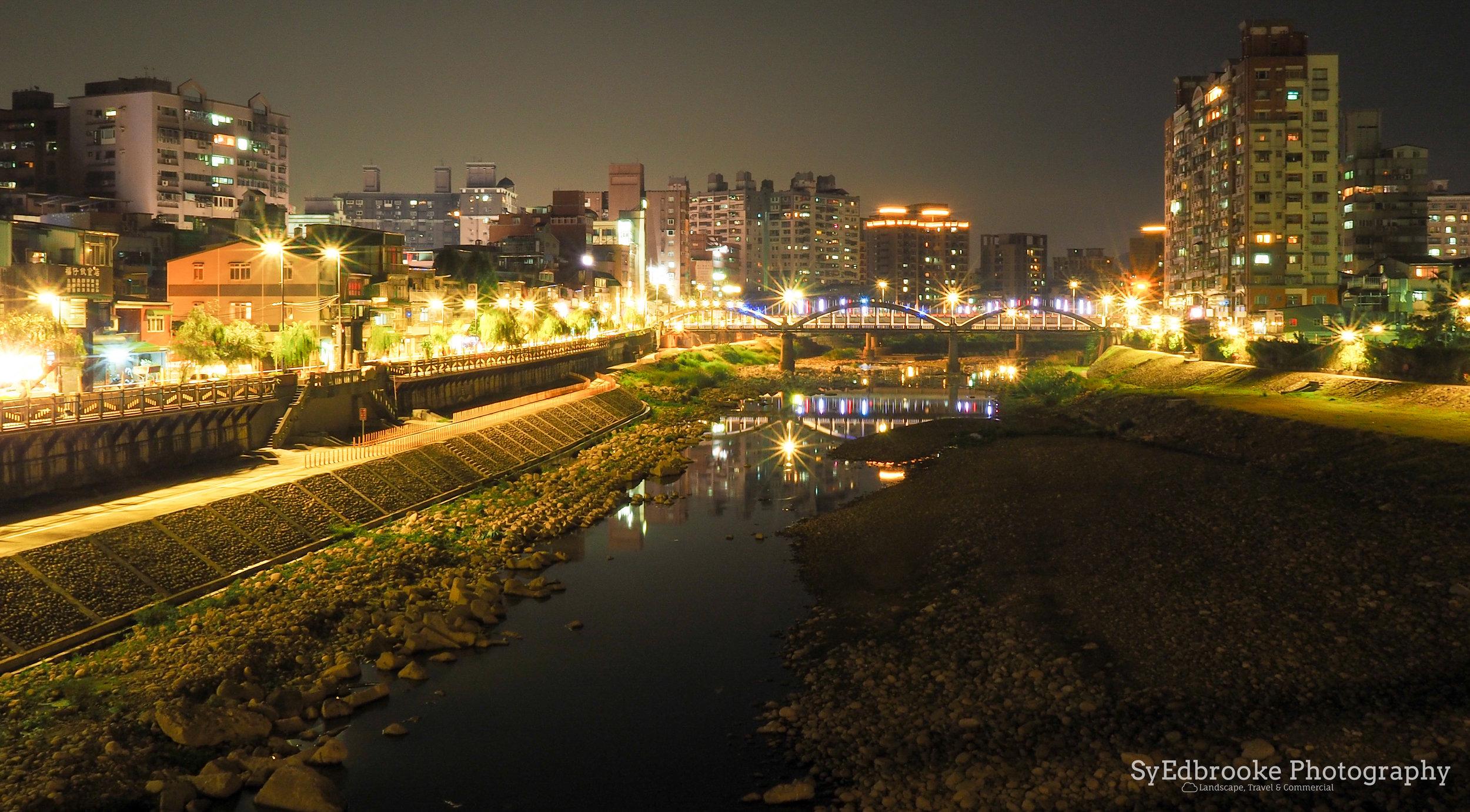 Riverside lights. f20, ISO 200, 60, 17mm