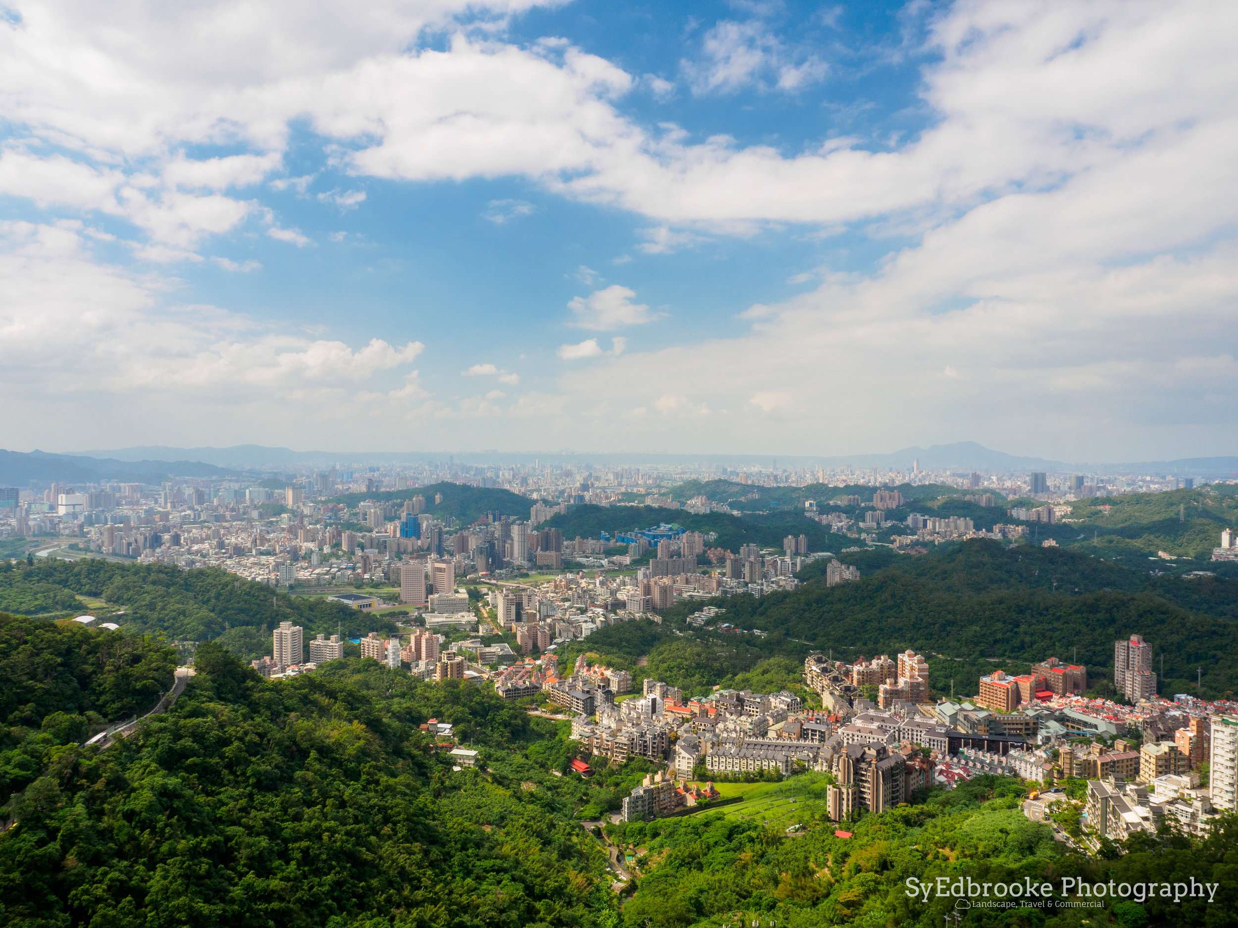 View from the gondola heading up to Maokong. f11, ISO 200, 1/100, 24mm
