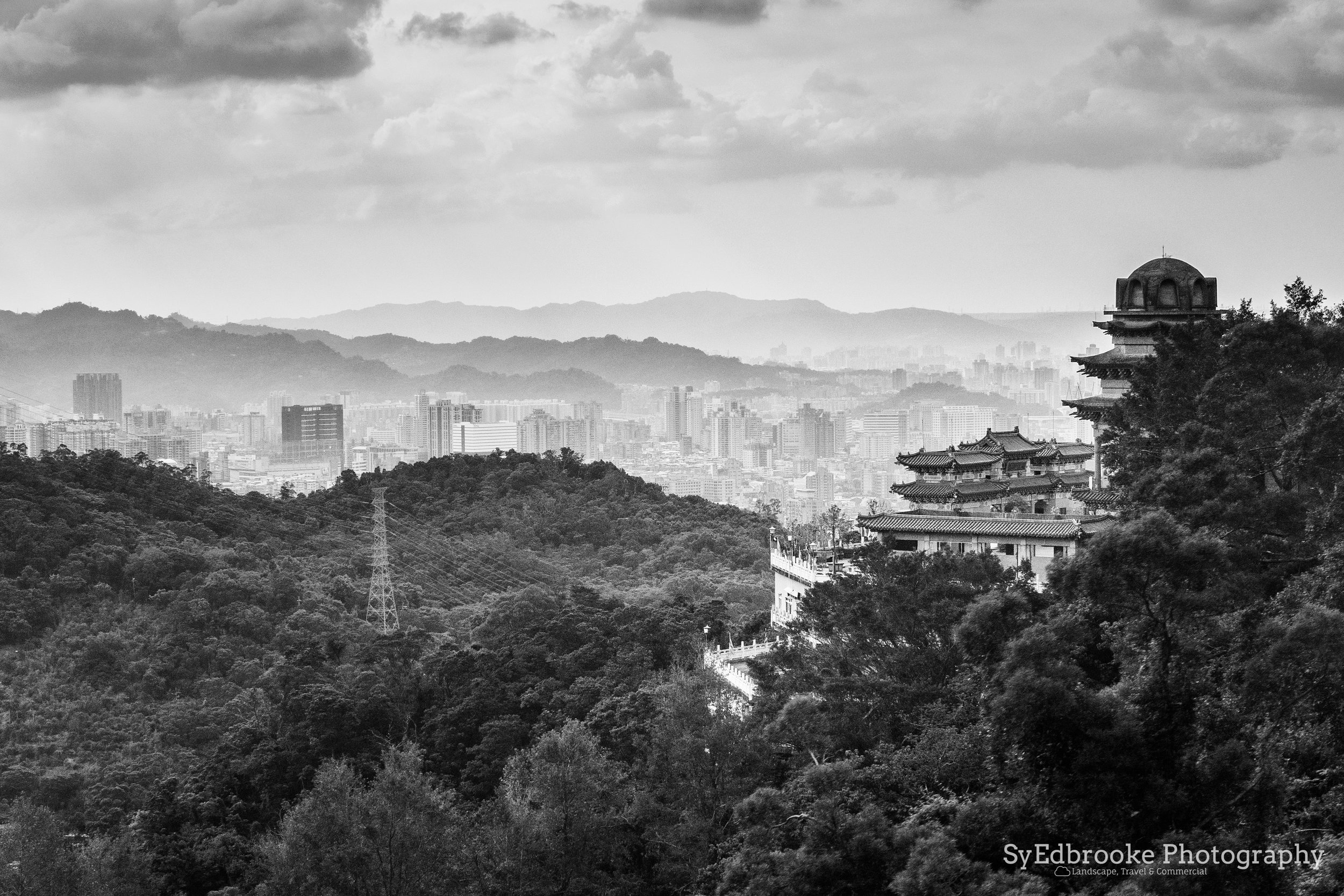 A view of the temple station on the way to Maokong. f11, ISO 800, 1/80, 80mm