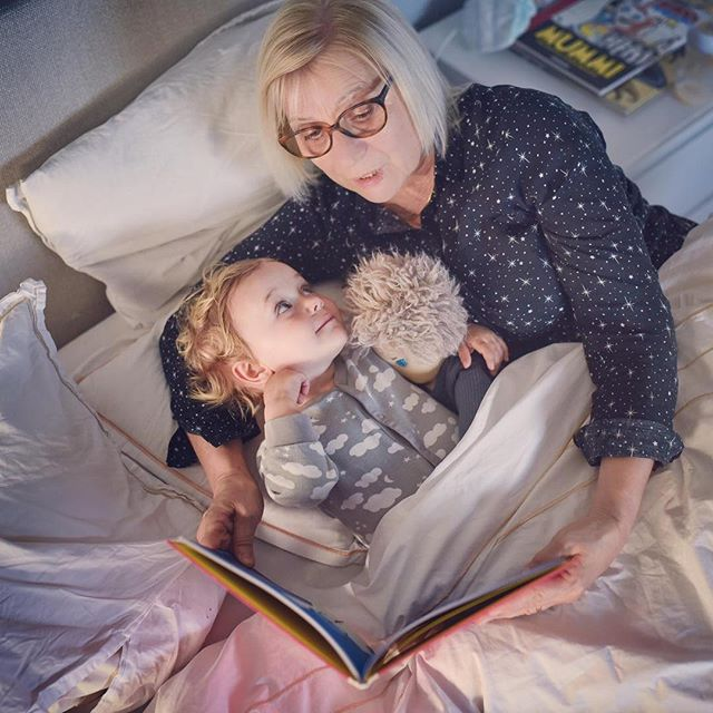 Prima lettura del #BambinoVolante con nonna Anna per la piccola Lea. Grazie @andreamagugliani per aver condiviso con noi questo bel momento. . 🇬🇧 First #FloatingBoy bedtime reading with grandma Anna for little Lea. Thanks Andrea for sharing this lovely moment with us. . . . . . #bedtimestories #bedtime #reading #illustratedbook #storiadellabuonanotte #libriillustrati #childrenbook