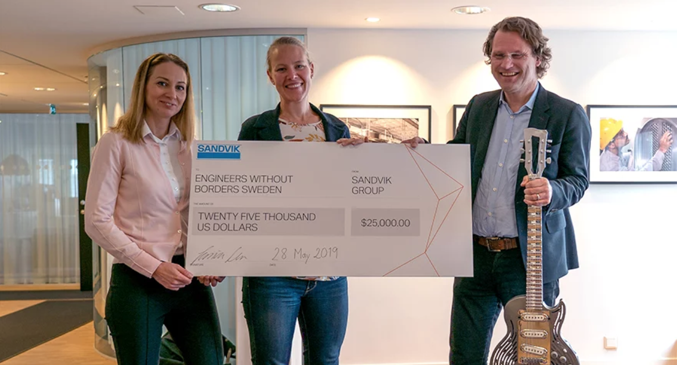 Jessica Alm, Communications Director at Sandvik, had the pleasure to hand over a USD 25,000 dollar check to Caroline Bastholm, Secretary Generary for Engineers Without Borders Sweden. Pär-Jörgen Pärson was happy the money goes to a good cause.