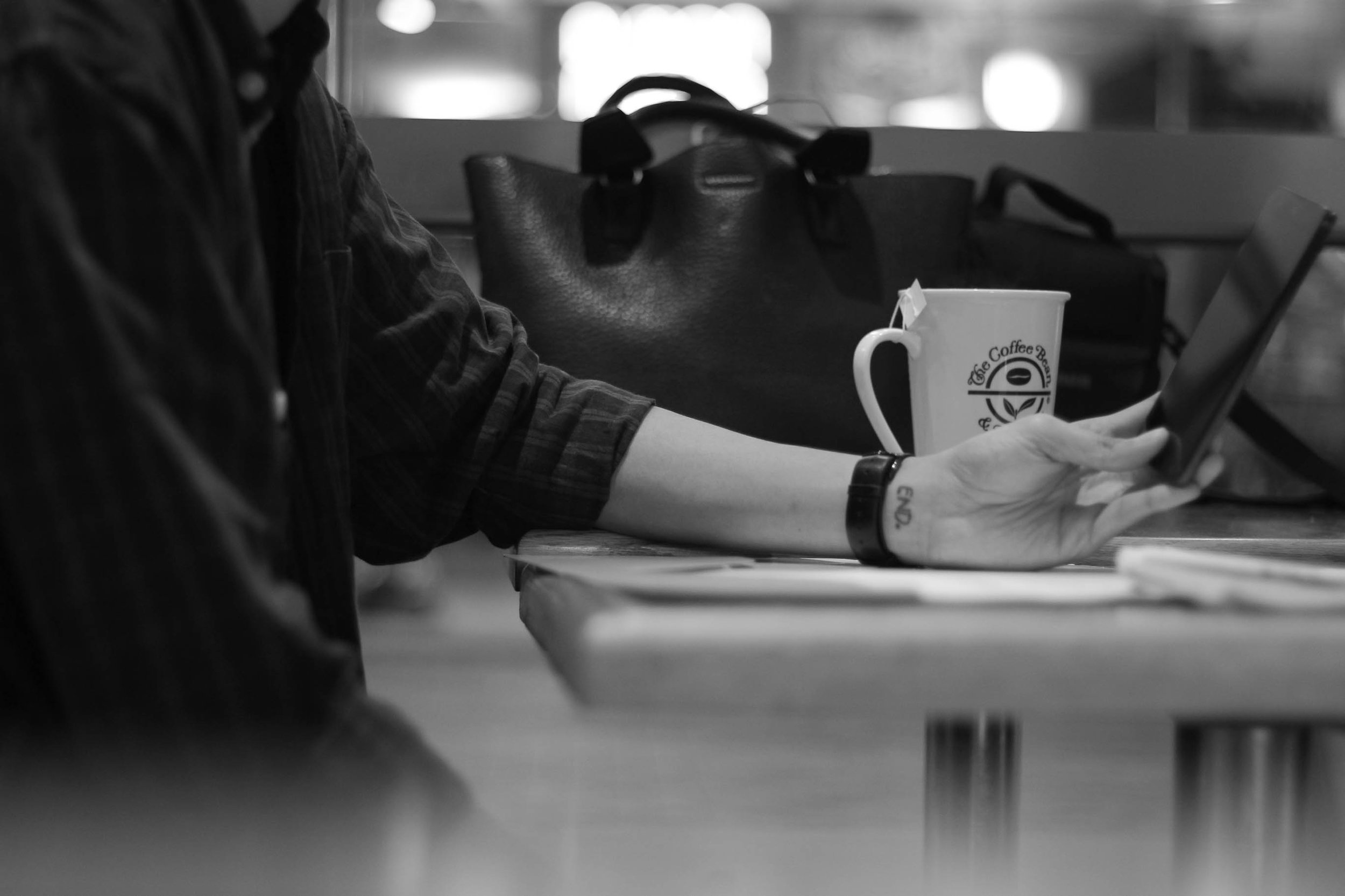man-coffeeshop-smartphone.jpeg