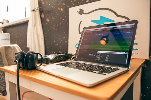 macbook-headphones-table-editor.jpg