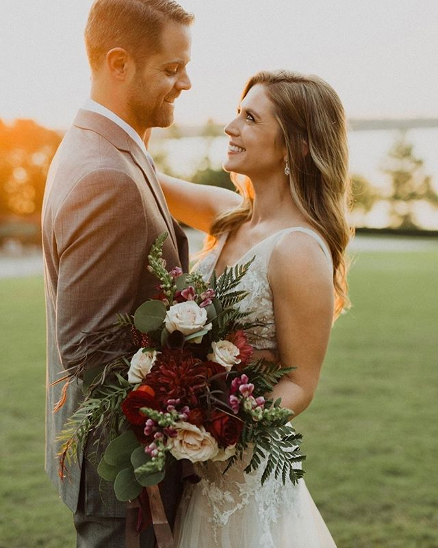 I'm so excited for the photos from @hauserphotography.co I just couldn't wait so I had to post a sneak peak! Props to the planner @astylishsoireedallas  #emmacaitlyncreative #dallasweddingphotographer #dallasflorist #weddingflowers #smile #sunset #style #wedding #bouquet