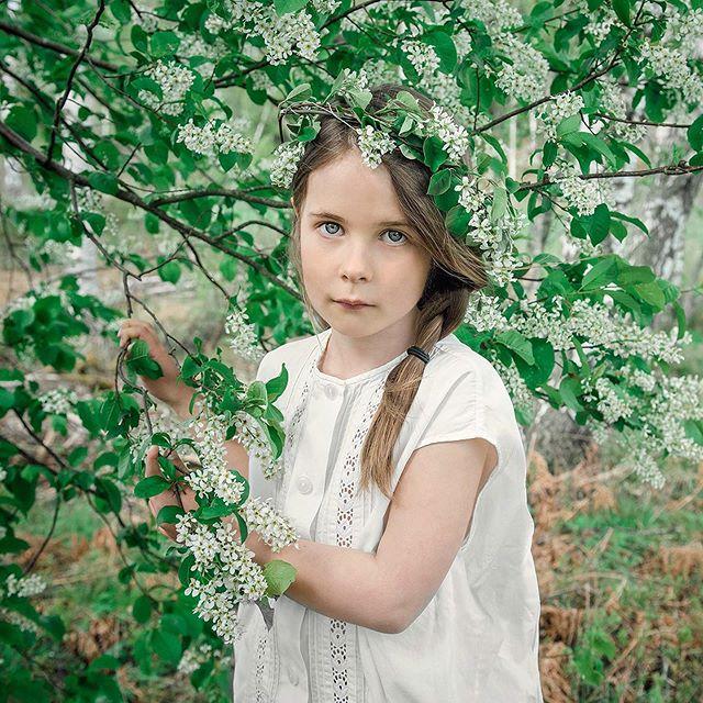 Nå er det på det vakreste «mellom hegg og syrin». #mafotografene #portrettfotograf #halden #østfold #norway #barnefotograf #childrenphotography #spring#vår#syrin #nature #nikon