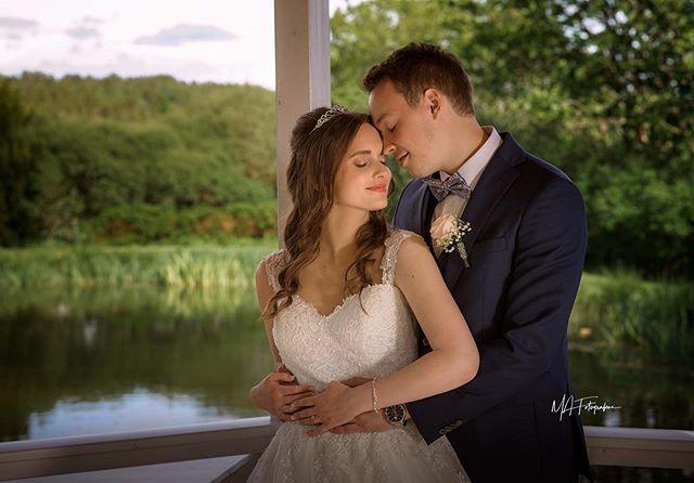 Magisk øyeblikk med brudepar på Østgaard. #mafotografene #halden#portrettfotograf #bryllupsfotograf #norway #weddingphotography #østgaard#brudebilde#bryllup2019#bryllup2020#nikon