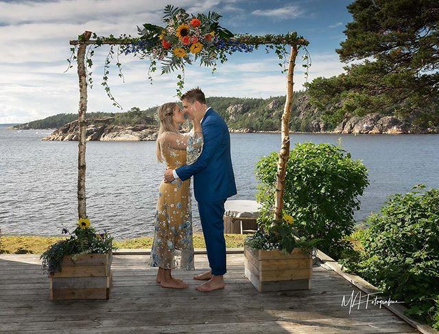 Midtsommeraften. Sol, hav og et vakkert brudepar.  #mafotografene #halden##østfold #norway #bryllupsfotograf #bröllopsfotograf#weddingphotography #bryllup2019#strandbryllup#beachwedding #blomster#nikon