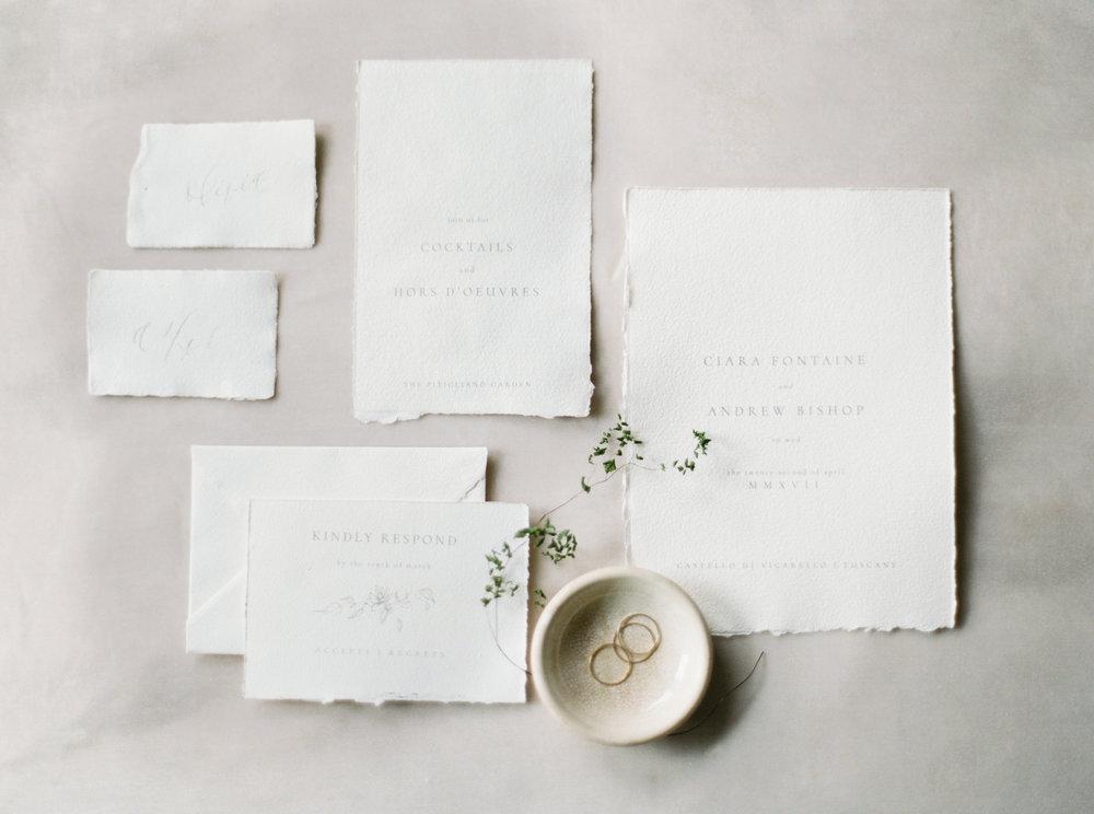 Invitación de boda minimalista con papel rústico