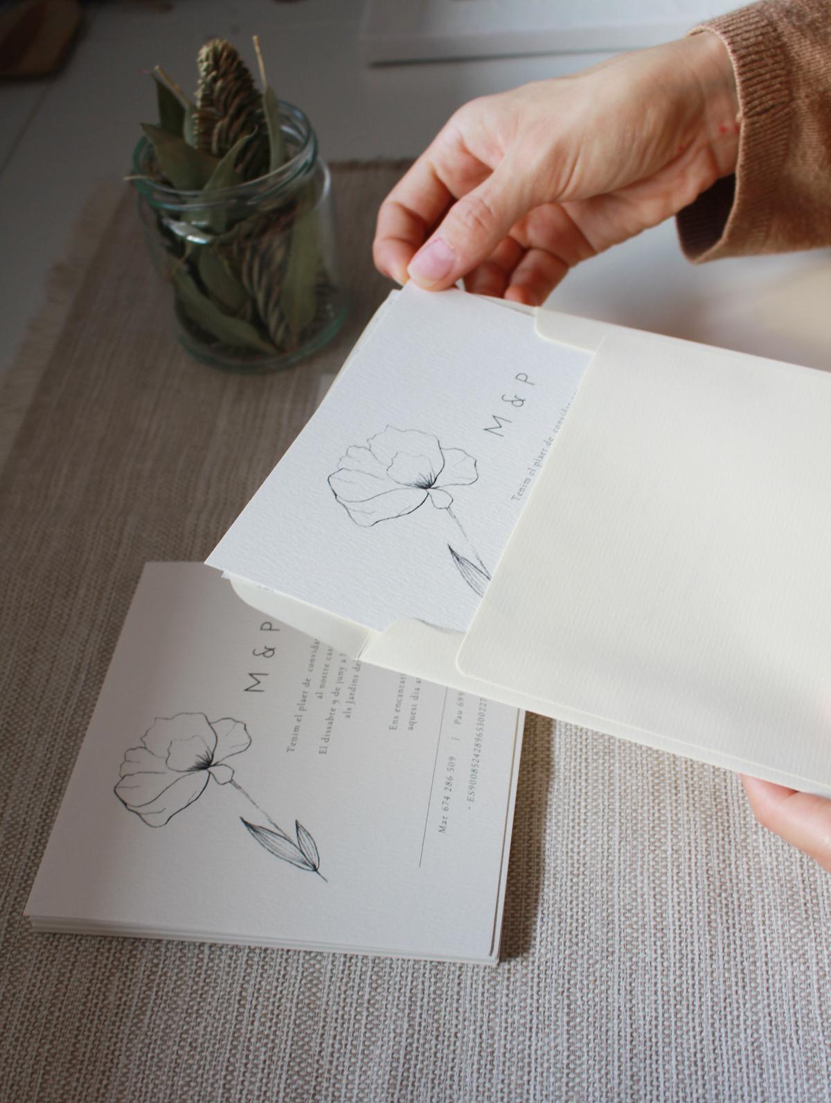 Invitación formato cuadrado , papel verjurado FSC 300 gramos.