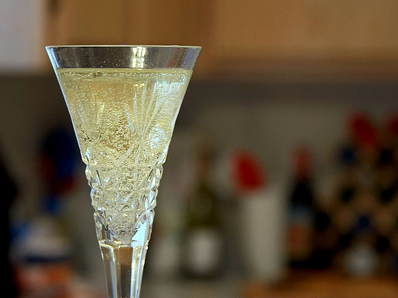 champagne-flutes-glasses-bubbles.jpg