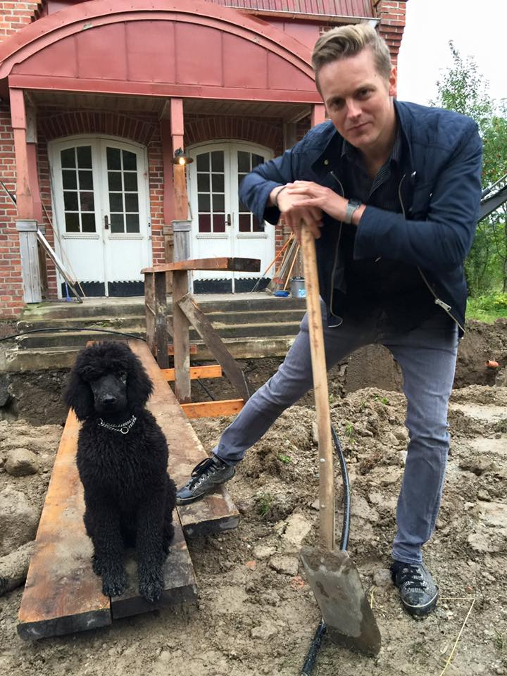 Fredrik and our puppy Nox last year. Helping out with the work on the drainage of the house.