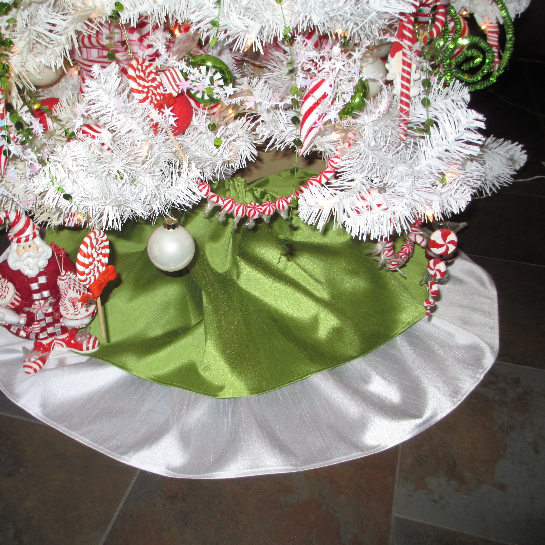 Hollyberry mini _ tree skirts 1902.JPG