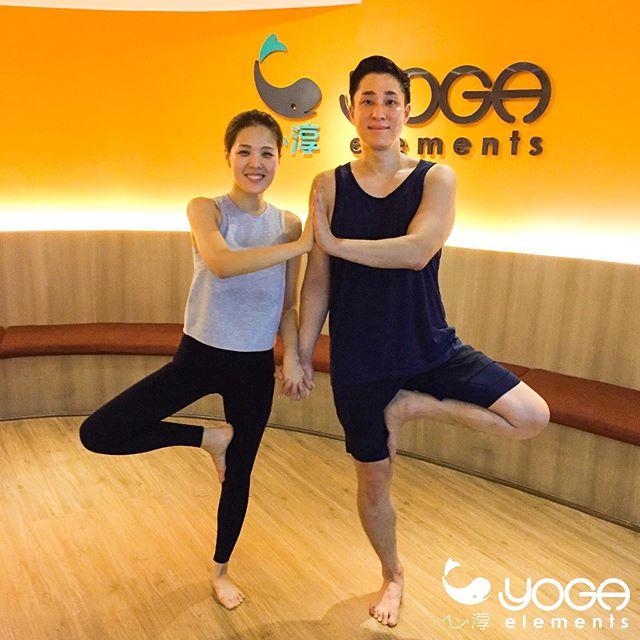 """고맙습니다 🙏🏼🙏🏼🙏🏼 """"คลาสทุ่ม 15 วันนี้ FLOW กับครูไกด์ และภาพน่ารัก ของคู่รัก ❤️ จากแดนกิมจิ 🥬🥒🌶"""" @omsouls ........ ไม่พลาดอัพเดทต่างๆ เช็คตารางคลาสหรือโปรโมชั่นได้ที่ www.yogaelements.com LINE @yogaelements หรือโทรหาเรา 02 255 9552  Don't miss any updates check the class schedule or promotions at  www.yogaelements.com LINE @yogaelements or call us 02 255 9552 ........ #yogaelements #yoga #โยคะ #yogastudio #asoke #btsasoke #bangkok #asana #vinyasa #ashtanga #sukhumvit #terminal21 #siam #thailand #バンコク #ヨガ #요가 #瑜伽 #yogabangkok #yogathailand #namaste #yogi #flow  #방콕 #acemauy #xinchunwellness"""